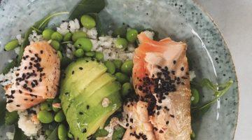Sushi bowl met zalm en wasabi-mayo